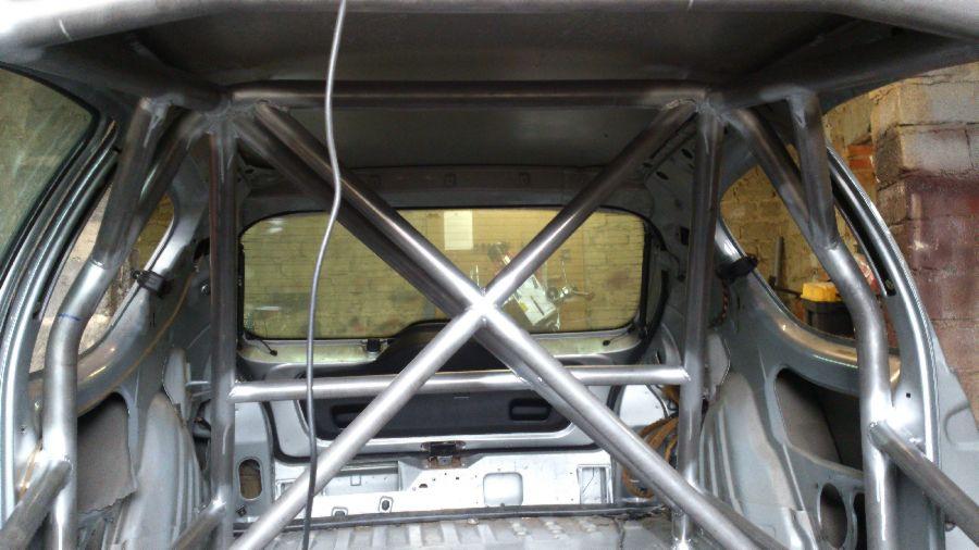 krzyż za plecami kierocy i pasażera w klatce bezpieczeństwa